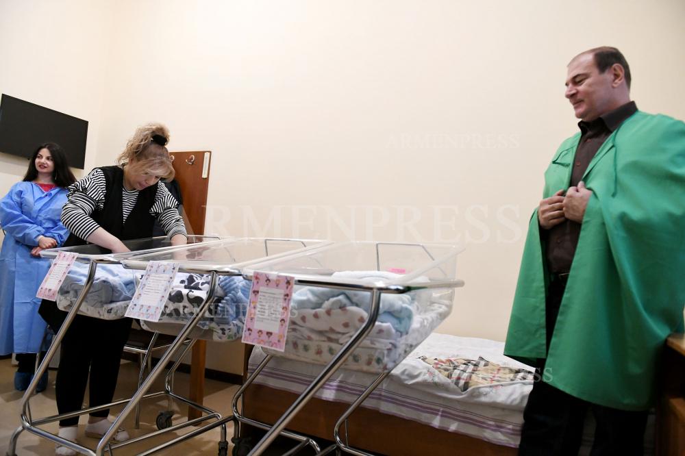 46-ամյա Նարինե Մարտիրոսյանը քսանյոթ տարվա սպասումից հետո եռյակ է ծնել` երկու աղջիկ և մեկ տղա․