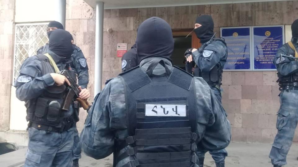 Վանաձորում դիմակավորված տասնյակ ոստիկաններ կան,թիրախը՝ քրեական հեղինակություններն են (լուսանկարներ)․