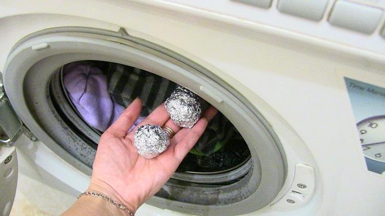 Ընկերուհիս լվացքի ժամանակ փայլաթիթեղից գնդիկներ էր անում և գցում լվացքի մեքենայի մեջ.Պատճառն իմանալուց հետո ես միշտ այդպես եմ անում