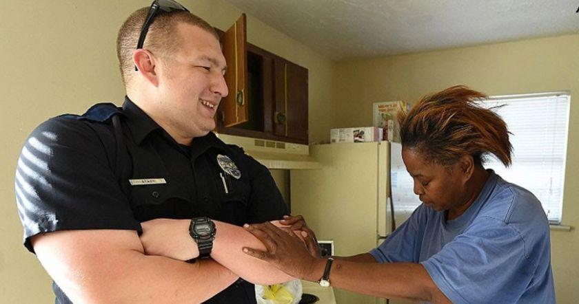 Այս կինը որպեսզի կերակրի ընտանիքին 5 հավկիթ է գողացել, ոստիկանը նրան ձերբակալելու փոխարեն հաշվեհամար է բացում, և կնոջն օգնում են բոլորը
