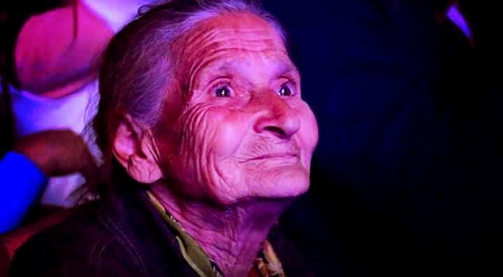 Այս տատիկը հեղափոխության մի մասնիկն է, եւ ուրեմն նա ցրտին կանաչի ծախելով չպետք է ապրի,բարձր թոշակ պետք է ստանա, հերիք է արդեն աշխատի ու ցրտին դրսում կանգնի ու մրսի
