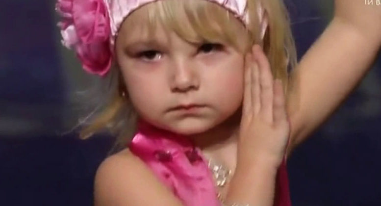 Փոքրիկ աղջիկը դուրս եկավ բեմ և հայտնեց, որ պարելու է արևելյան պարեր,բոլորը նրան ծափահարում էին, այս աղջիկը ընդամենը 5 տարեկան է