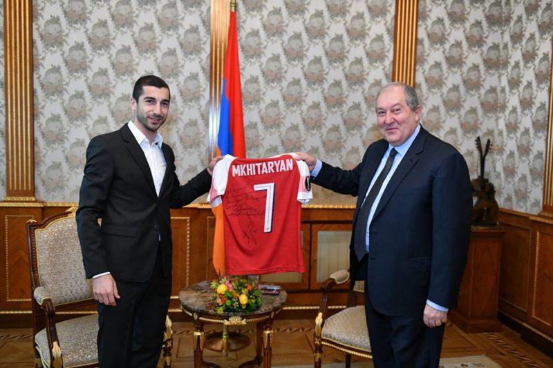 Հենրիխ Մխիթարյանն իր մարզաշապիկը նվիրել է նախագահ Արմեն Սարգսյանին. Այսօր նա Հանրապետության նախագահի հյուրն էր.