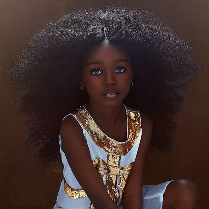 Փոքրիկ աղջիկը Նիգերիայից իր տիկնիկային արտաքինի և շքեղ գանգուների շնորհիվ դարձել է շատ հայտնի