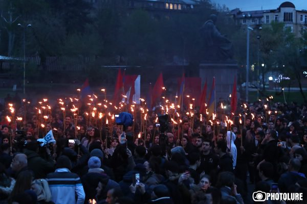 Ազատության հրապարակից մեկնարկեց ավանդական ջահերով երթը դեպի Ծիծեռնակաբերդի հուշահամալիր. Ներկաներն այրեցին Թուրքիայի դրոշը