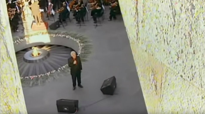 «Ave Maria». Ծիծեռնակաբերդում երգում է Շառլ Ազնավուրը (տեսանյութ)