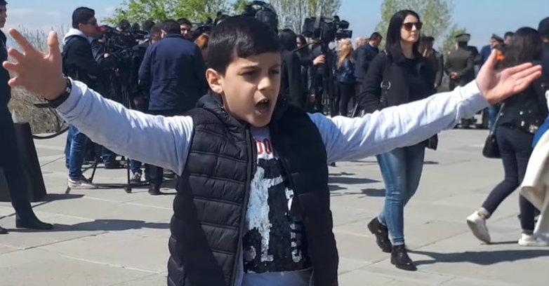 ՙՙԹալեաթի մահը՚՚.  Հայրենասեր փոքրիկը երգում է Ծիծեռնակաբերդում  (տեսանյութ)