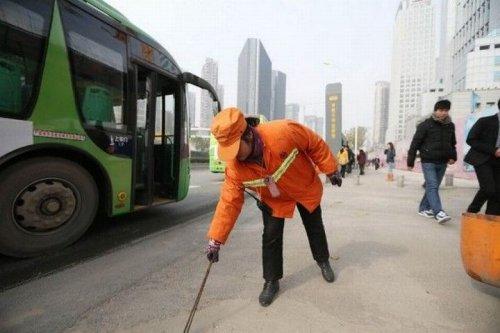 Չինաստանում միլիոնատեր կինը փողոցներն է ավլում, օրինակ ծառայելով իր երեխաների համար