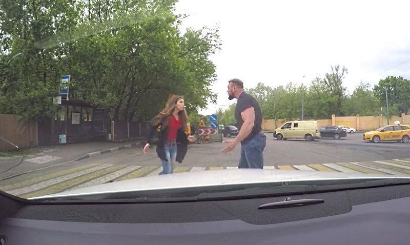 Իմացեք, թե ինչպես  սովորական աղջիկը հակահարված տվեց  տղամարդուն, ով հազիվ  կանգնեցրեց մեքենան հետիոտնային անցումի  վրա
