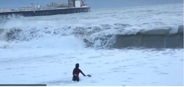 Ականատեսները նկարեցին մի աղջկա, ով ինչ-որ բան էր փնտրում  ալեկոծվող ծովում, մի քանի րոպե հետո բոլորը զարմացած էին