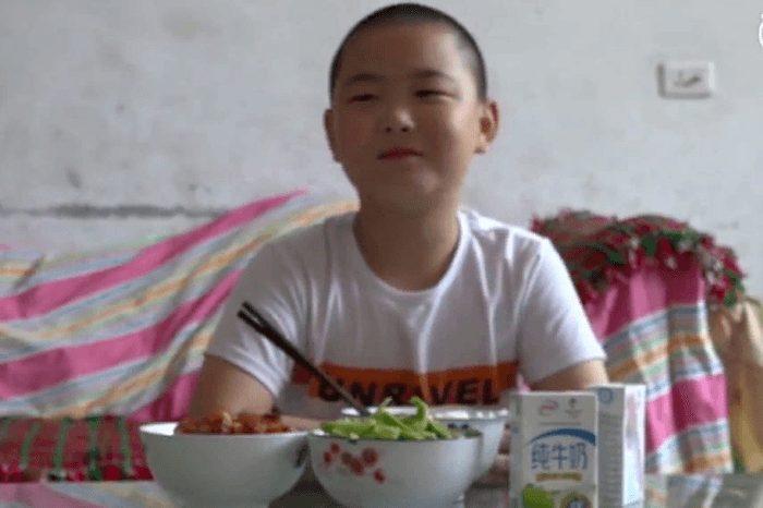 Չինացի դպրոցականը օրական 5 անգամ ուտում է, որպեսզի հասցնի քաշ հավաքել եւ փրկել հորը