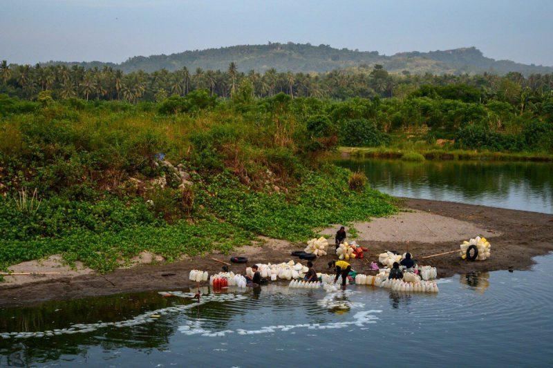 80-ամյա ծեր  կինը Սուլավեսիից լողալով  հաղթահարում է 3  կմ ճանապարհը՝ խմելու ջուր հայթայթելու համար