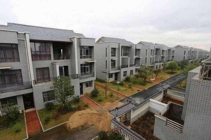 Այդ գյուղում մեծացած միլիոնատերը որոշեց քանդել բոլոր բնակիչների տները, նրանց համար նոր վիլլաներ կառուցելու համար