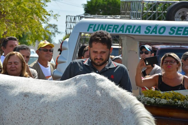 Հուզիչ տեսարան` ձին գլուխը շրջեց դեպի տիրոջ դագաղը հրաժեշտ տալով նրան