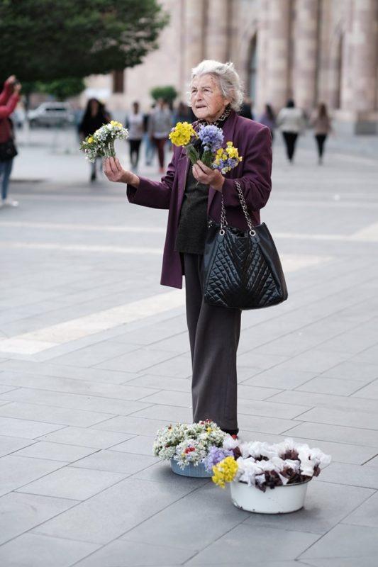 Համեստ, էլեգանտ  ծաղկավաճառ տատիկը Երևանի փողոցներում