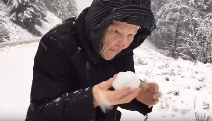Տղամարդը տեսանկարահանել է իր 101-ամյա մոր ուրախությունը՝ ձյունը տեսնելիս ու գերել միլիոնավոր սրտեր