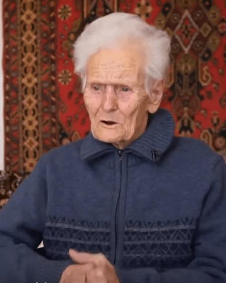 Տաքսու վարորդն իր տանը ապաստան է տվել 100-ամյա կնոջը, ում դուրս էին հանել հարազատները