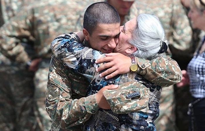 Զինվոր եղբոր և քրոջ հուզիչ հանդիպումը. անհնար է զսպել հույզերը
