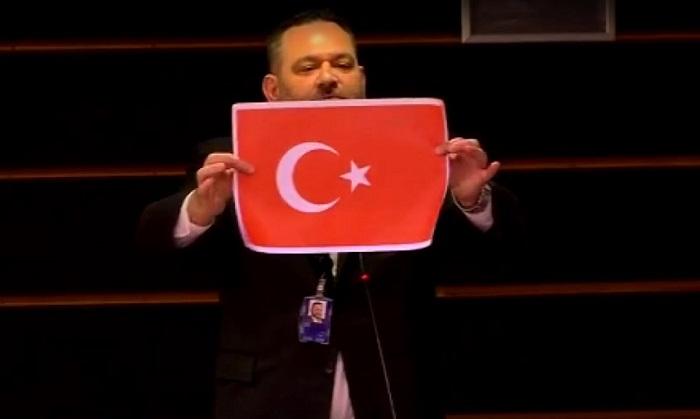 Եվրախորհրդարանի պատգամավորը ելույթի ժամանակ պատռել է Թուրքիայի դրոշը