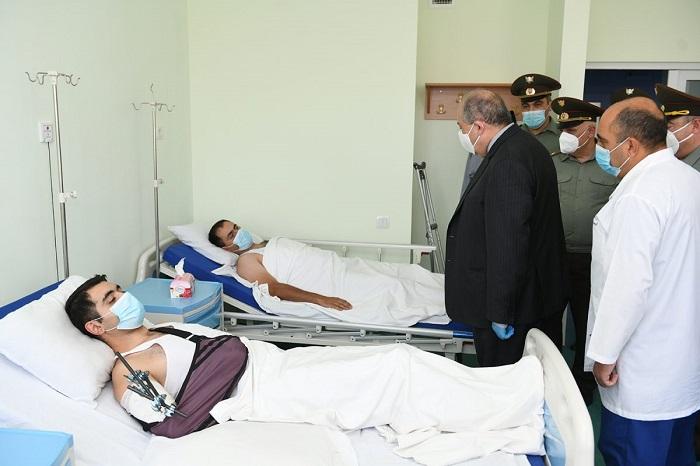 Պատմության իրական և իսկական կերտողները մեր զինծառայողներն են․ նախագահ Արմեն Սարգսյանն այցելել է վիրավոր զինծառայողներին