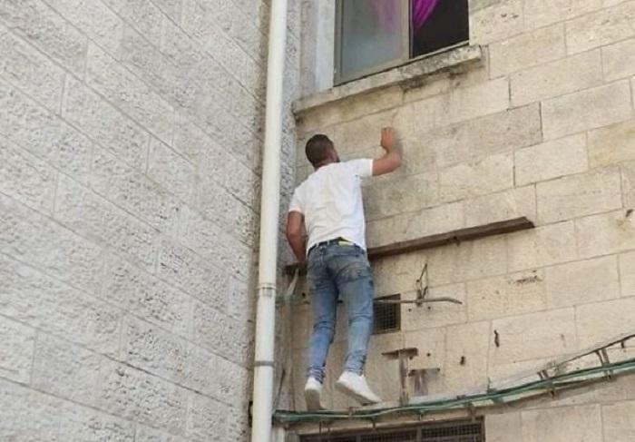 Անասելի հուզիչ պատմություն. երիտասարդն ամեն օր բարձրանում էր պատի վրայով՝ կորոնավիրուսով հիվանդ մորը տեսնելու
