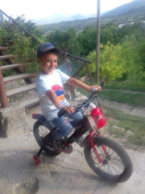 Փոքրիկ Արեգը, ով իր հեծանիվի անվադողը ուղարկել էր սահման տղերքին, այսօր ստացավ նոր հեծանիվ