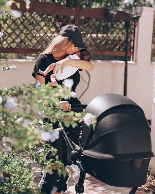 Աննա Դովլաթյանը նորածին դստեր հետ լուսանկարներ է հրապարակել