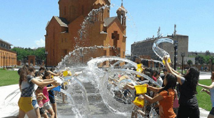 Նունե Եսայանը ցույց է տվել, թե ինչպես են իրեն ջրել Վարդավառին. տեսանյութ