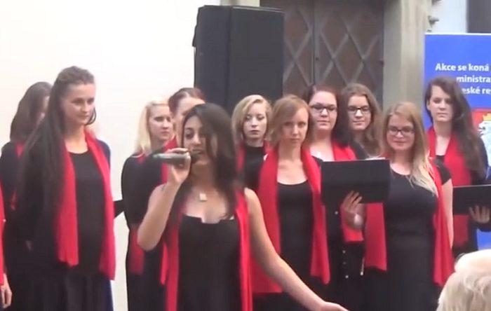Չեխական երգչախումբը կատարում է հայ ֆիդայիներին նվիրված երգ. փշաքաղվել կարելի է