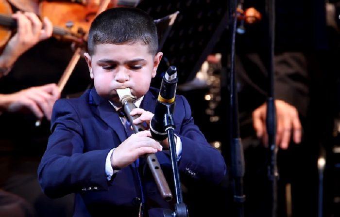 9-ամյա հայ տղայի հնչեցրած դուդուկի հնչյունները հուզեցին օտար ունկնդիրներին. սա տեսնել է պետք