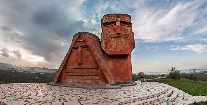 Ամերիկահայ նկարիչը 33.000 դոլլար է հավաքել ու ուղղել Հայաստանին․ տեսանյութ
