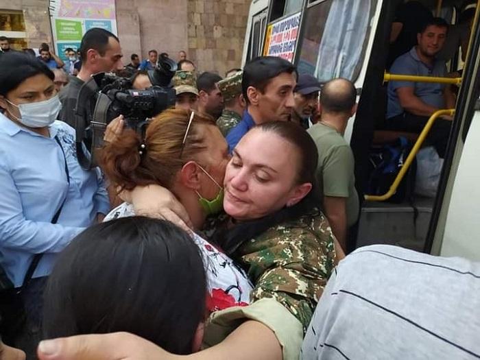 Փշաքաղվելու չափ հզոր. Այս կինը համբուրեց իր երկու անչափահաս երեխաներին ու մորը, և գնաց առաջնագիծ