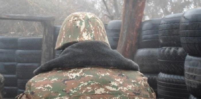 Երգում է զինվորական հագուստը ժամանակավորապես հիվանդանոցի գիշերազգեստով փոխարինած քաջ զինվորը