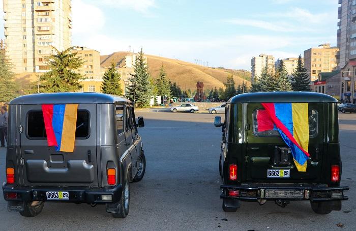 Տեր-Մկրտչյան եղբայրներն ու իրենց ամերիկահայ ընկերները երկու մեքենա են նվիրել Արցախին