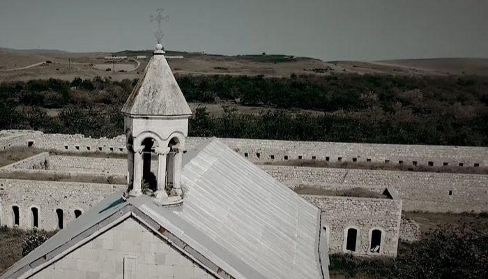Մաշա Մնջոյանի հուզիչ երգը ադրբեջանական դեսպանատան առաջ․ տեսանյութ