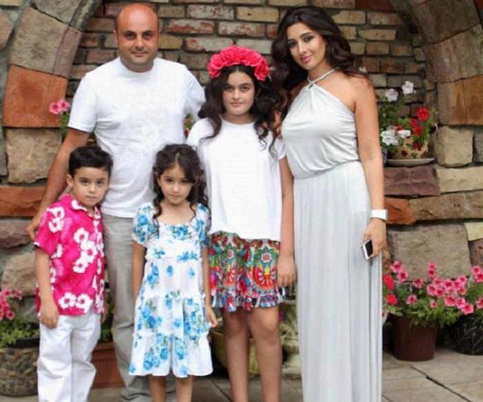 Արմեն Պետրոսյանն ընտանեկան ամանորյա լուսանկար է հրապարակել՝ գրելով, թե ինչպես են դիմավորել Նոր տարին