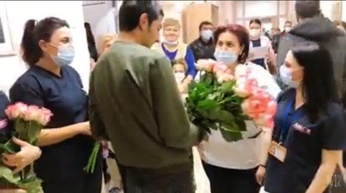 Հերոս Լևոնը հիվանդանոցից դուրս գրվելիս բուժանձնակազմին ծաղիկներ է նվիրել