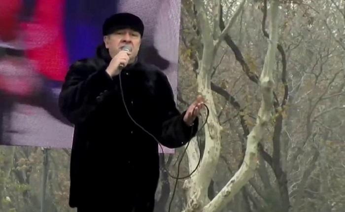 Ներսիկ Իսպիրյանը հանրահավաքի ժամանակ հանդես է եկել ելույթով ու երգի կատարմամբ. տեսանյութ