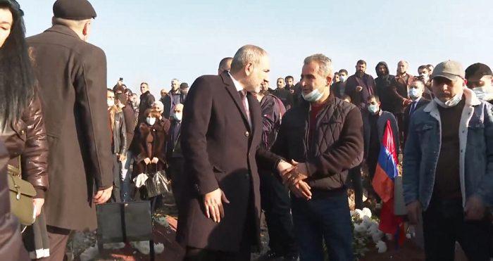 """""""Ովքե՞ր են երթը խոչընդոտողները, եթե զոհվածների շիրիմների մոտ հարազատները գրկախառնվում են վարչապետի հետ"""""""